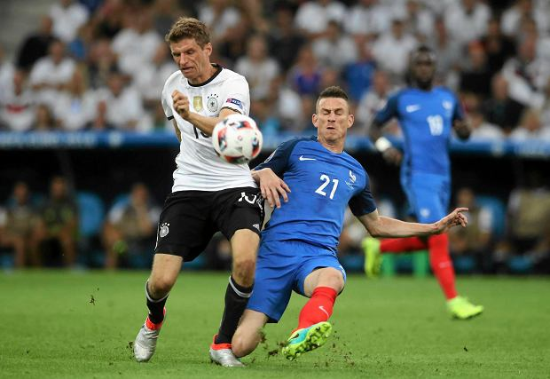 Germany's Thomas Mueller, left, challenges for the ball with France's Laurent Koscielny during the Euro 2016 semifinal soccer match between Germany and France, at the Velodrome stadium in Marseille, France, Thursday, July 7, 2016. (AP Photo/Petr David Josek) SLOWA KLUCZOWE: xeuro2016semifinalsx