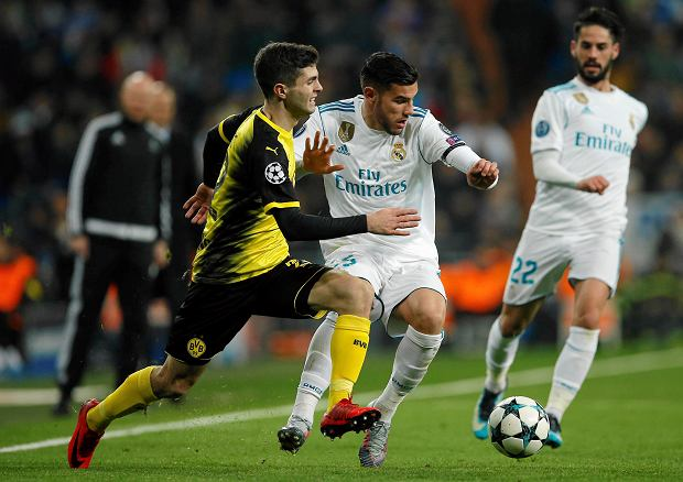 Dortmund's Christian Pulisic, left, and Real Madrid's Theo Hernandez challenge for the ball during the Champions League Group H soccer match between Real Madrid and Borussia Dortmund at the Santiago Bernabeu stadium in Madrid, Spain, Wednesday, Dec. 6, 2017. (AP Photo/Paul White) SLOWA KLUCZOWE: XCHAMPIONSLEAGUEX