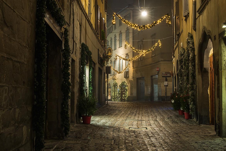 Charakterystyczne ciasne uliczki stanowią o uroku włoskich miasteczek. Bergamo, Fot. iStock