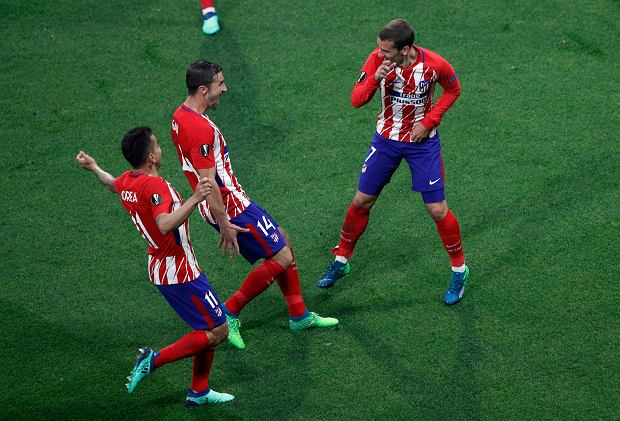 Atletico's Antoine Griezmann's, right, celebrates with teammates his side opening goal during the Europa League Final soccer match between Marseille and Atletico Madrid at the Stade de Lyon outside Lyon, France, Wednesday, May 16, 2018. (AP Photo/Christophe Ena) SLOWA KLUCZOWE: XEUROPALEAGUEX