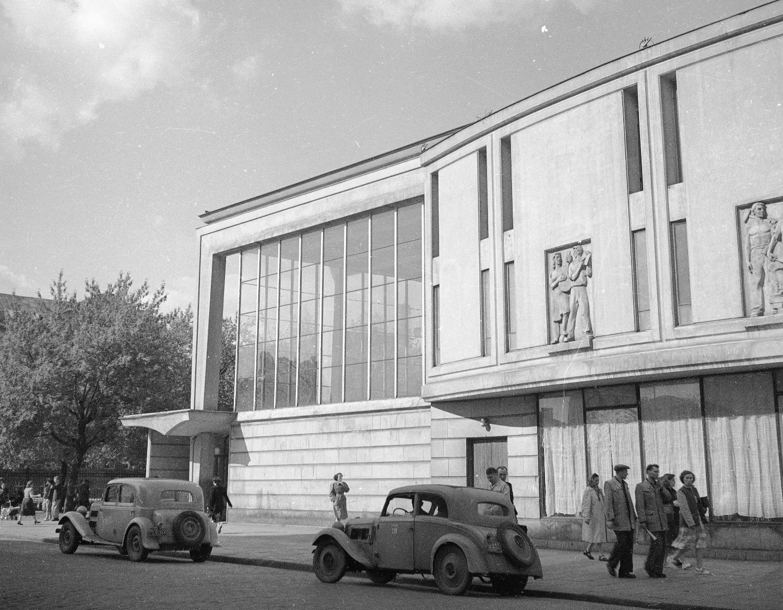 Warszawska chuliganeria miała jedno ze swoich głównych źródeł na Pradze. Na zdjęciu kino Praha, popularny punkt spotkań, 1955r. (fot. Z. Siemaszko / NAC / sygn.51-427-5)