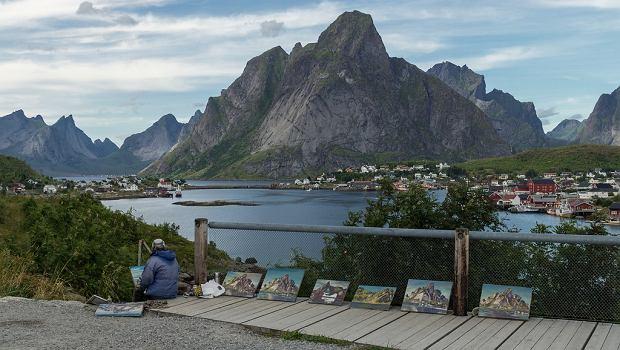 Miejscowość Reine położona na tle gór i zatoki Reinefjord