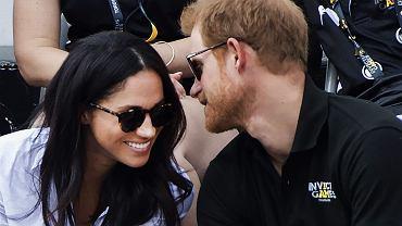 """Książę Harry pokazał się z Meghan Markle. Zwróćcie uwagę na jej ubiór. """"Czyżby?"""""""
