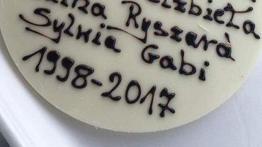 Gabi zamówiła urodzinowy tort i przeliterowała napis. A wyszło coś takiego
