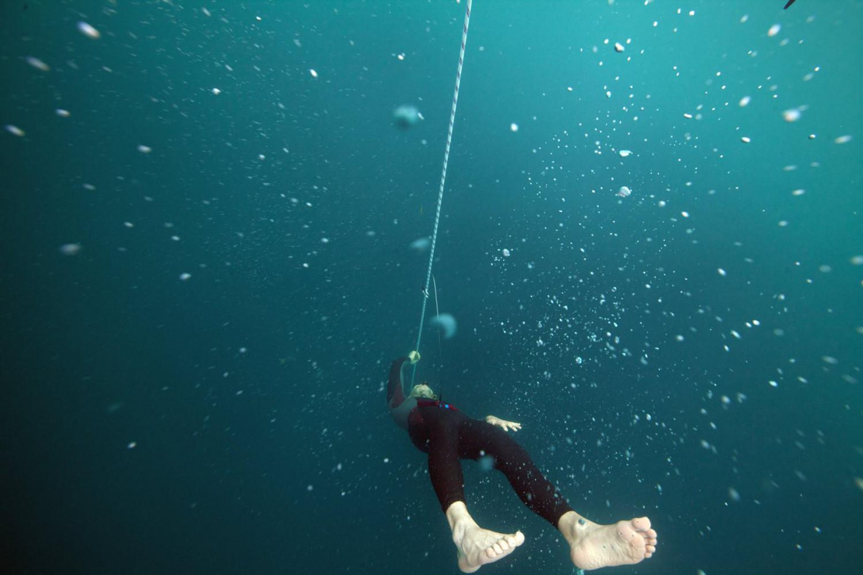 Mateusz Malinowski, polski freediver, podczas zawodów na Bahamach, Vertical Blue (grudzień 2014) - 114 m we Free Immersion (FIM) (fot. Daan Verhoeven)