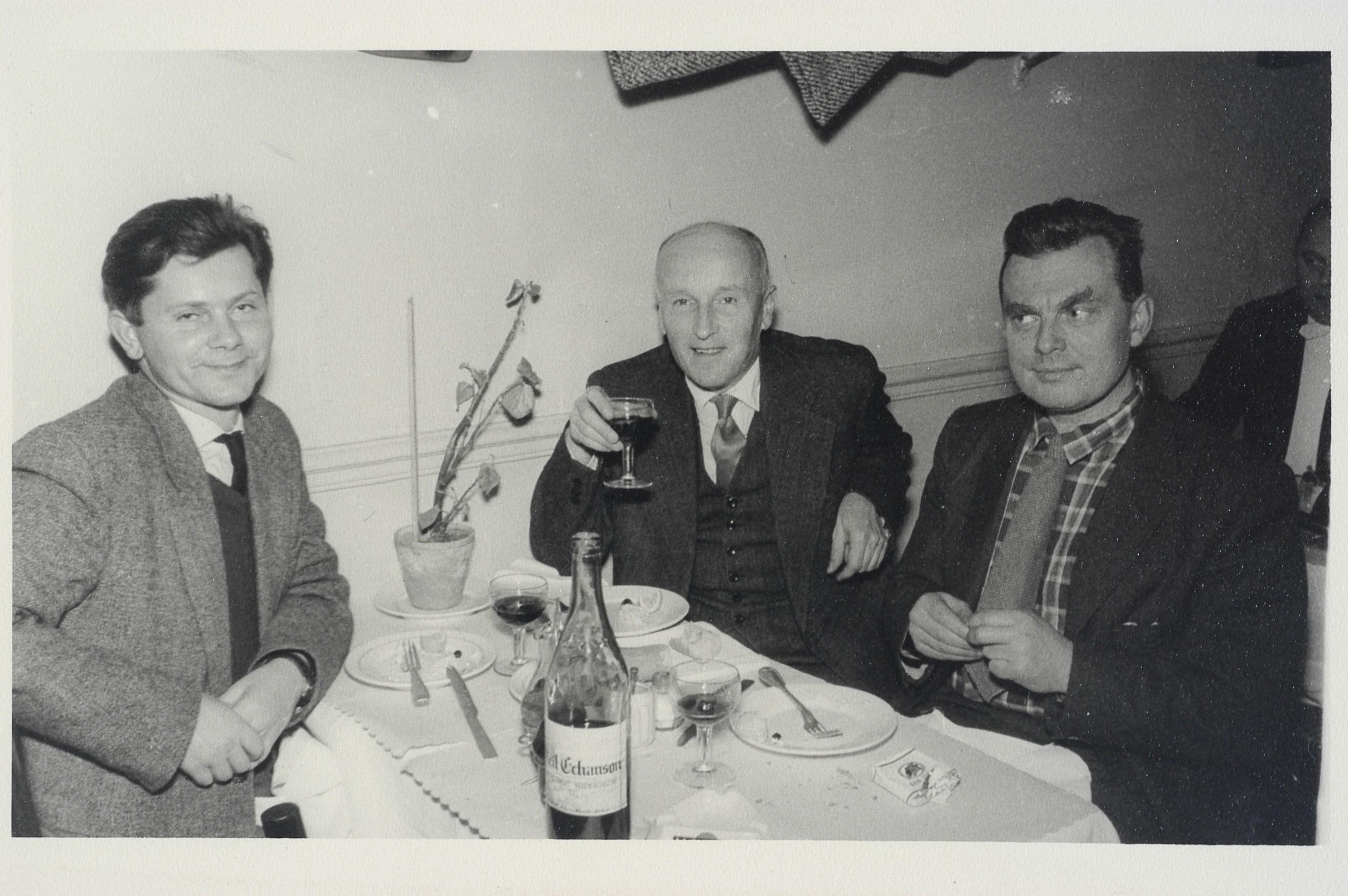 Zbigniew Herbert, Leopold Łabędź i Czesław Miłosz. Paryż, ok. 1958 r. (fot. Archiwum Zbigniewa Herberta, Biblioteka Narodowa)