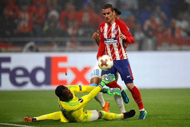Atletico's Antoine Griezmann, right, scores 2-0 passing Marseille's goalkeeper Steve Mandanda, left, and Marseille's Jordan Amavi, rear, during the Europa League Final soccer match between Marseille and Atletico Madrid at the Stade de Lyon in Decines, outside Lyon, France, Wednesday, May 16, 2018. (AP Photo/Francois Mori) SLOWA KLUCZOWE: XEUROPALEAGUEX