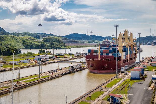 Przeprawa statku na ślurze Miraflores