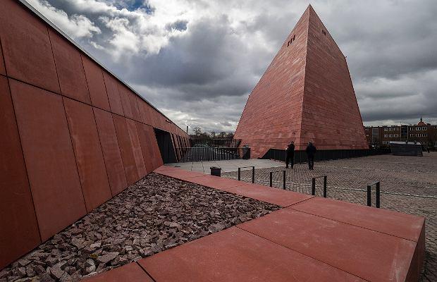 To jedna z najbardziej kosztownych budowli w Polsce. ''Na każdym kroku wyczuwa się presję, pod jaką pracowali architekci''