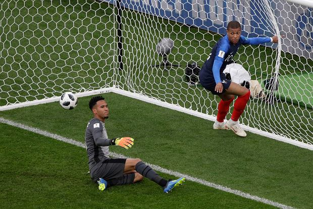 France's Kylian Mbappe, right, scores the opening goal past Peru goalkeeper Pedro Gallese during the group C match between France and Peru at the 2018 soccer World Cup in the Yekaterinburg Arena in Yekaterinburg, Russia, Thursday, June 21, 2018. (AP Photo/Mark Baker) SLOWA KLUCZOWE: WC2018FRA;WC2018PER