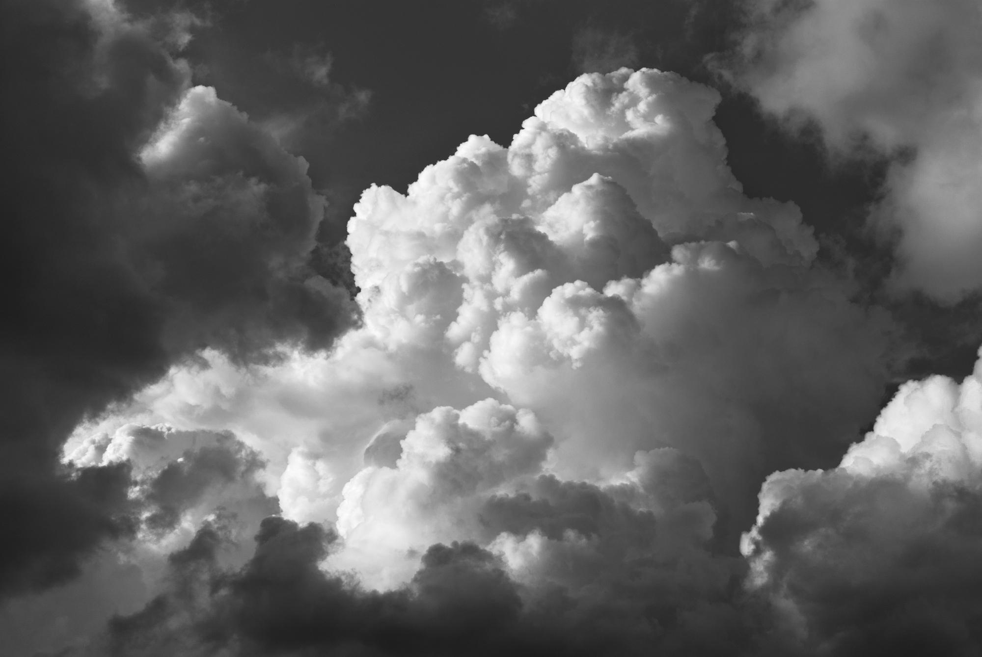Ta chmura może wyglądać złowieszczo i warto mieć na nią oko, ale nie zwiastuje poważnego zagrożenia. Jej góra przypominająca różyczki kalafiora informuje o tym, że nie pojawił się jeszcze lód, więc nadal jest przyjazna, a każdy padający z niej deszcz da się przeżyć (fot. materiały prasowe)