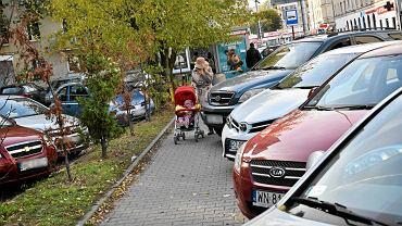 80-latka wyszła na parking we Włochach. Gdy zobaczyła źle zaparkowane auta, wybuchła