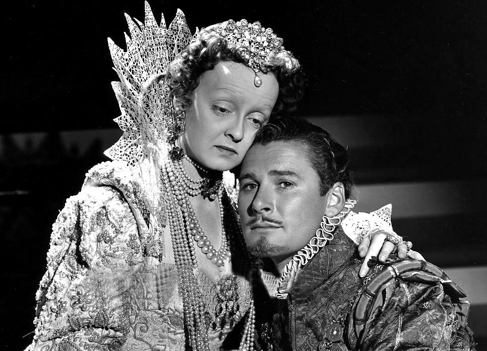 Bette Davies i Errol Flynn w filmie 'Prywatne życie Elżbiety i Essexa' (fot. Hurrell dla Warner Bros. / wikimedia.org / domena publiczna)