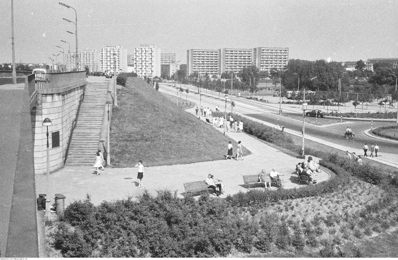 Widok na osiedla Praga II i Praga III, które przyczyniły się do zmian w kulturze mieszkańców Hotelu Żerań (fot. Z. Siemaszko / NAC / sygn. 51-739)