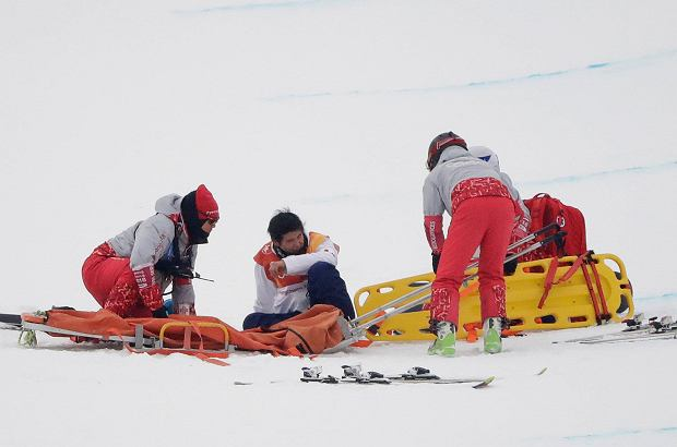 Yuto Totsuka, of Japan, is helped by volunteers after crashing during the men's halfpipe finals at Phoenix Snow Park at the 2018 Winter Olympics in Pyeongchang, South Korea, Wednesday, Feb. 14, 2018. (AP Photo/Gregory Bull) SLOWA KLUCZOWE: 2018 Pyeongchang Olympic Games;Winter Olympic games;Sports;Events;XXIII Olympiad