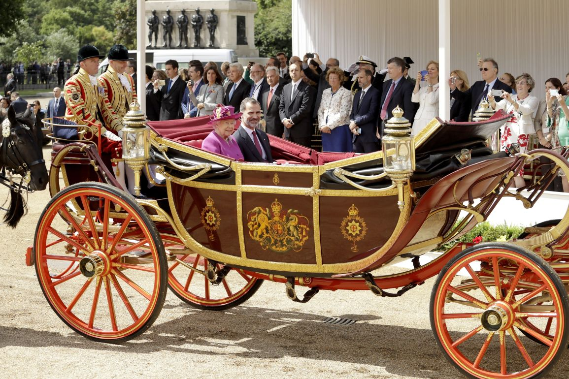 2Spains King Felipe and Britains Queen Elizabeth II sit together in a carriage as they are taken to Buckingham Palace after a Ceremonial Welcome on Horse Guards Parade in London, Wednesday, July 12, 2017. The King and Queen of Spain are on a three day State Visit to Britain.  (AP Photo/Matt Dunham, Pool)