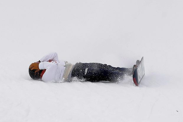YutoTotsuka, of Japan, crashes during the men's halfpipe finals at Phoenix Snow Park at the 2018 Winter Olympics in Pyeongchang, South Korea, Wednesday, Feb. 14, 2018. (AP Photo/Gregory Bull) SLOWA KLUCZOWE: 2018 Pyeongchang Olympic Games;Winter Olympic games;Sports;Events;XXIII Olympiad