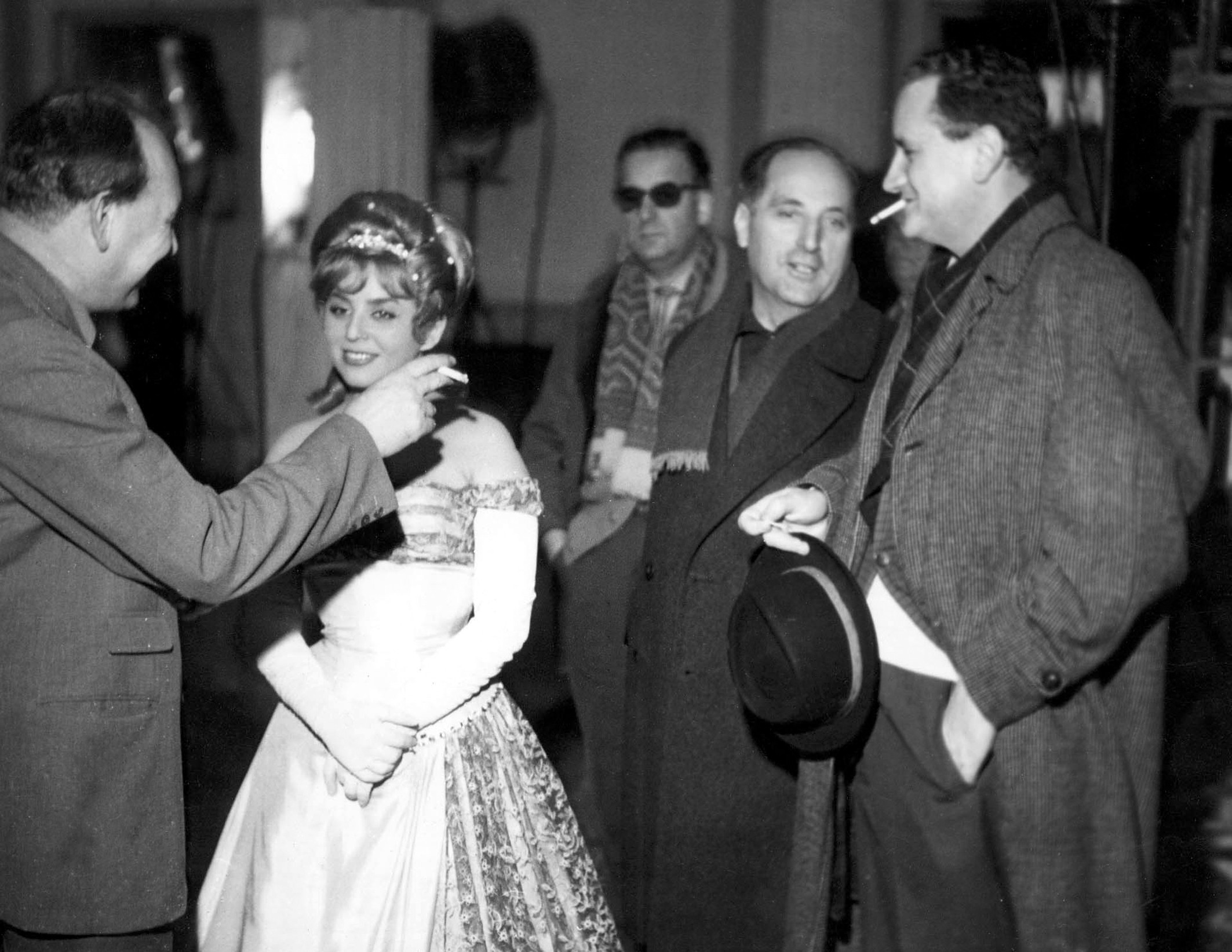 Kalina Jędrusik i Stanisław Dygat (pierwszy z prawej) na planie filmu 'Spóźnieni przechodnie' w reżyserii Jana Rybkowskiego, 1962 r. (fot. archiwum Magdy Dygat / FOTONOVA / Eastnews)