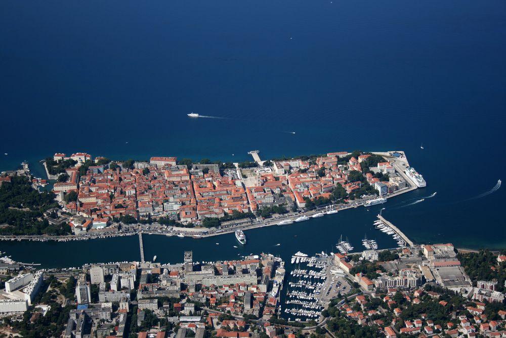 Zadar Miasto w Dalmacji z portem rybackim, handlowym i pasażerskim, skąd kursują promy na chorwackie wyspy.