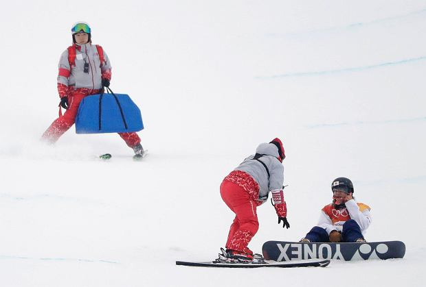 YutoTotsuka, of Japan, is helped by volunteers after crashing during the men's halfpipe finals at Phoenix Snow Park at the 2018 Winter Olympics in Pyeongchang, South Korea, Wednesday, Feb. 14, 2018. (AP Photo/Gregory Bull) SLOWA KLUCZOWE: 2018 Pyeongchang Olympic Games;Winter Olympic games;Sports;Events;XXIII Olympiad