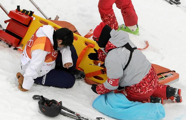 Yuto Totsuka, of Japan, is attended to by volunteers after crashing during the men's halfpipe finals at Phoenix Snow Park at the 2018 Winter Olympics in Pyeongchang, South Korea, Wednesday, Feb. 14, 2018. (AP Photo/Kin Cheung) SLOWA KLUCZOWE: 2018 Pyeongchang Olympic Games;Winter Olympic games;Sports;Events;XXIII Olympiad