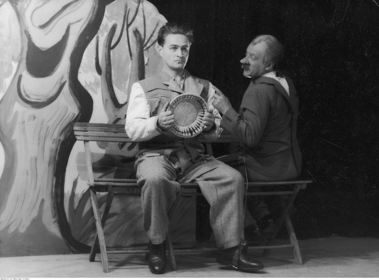 Adolf Dymsza (z lewej) i Tadeusz Olsza w skeczu 'Sznycel' w kabarecie Qui Pro Quo w Warszawie (fot. Koncern Ilustrowany Kurier Codzienny - Archiwum Ilustracji/NAC sygnatura 1-K-11406a)