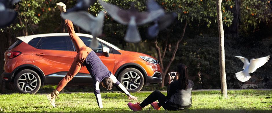 To samochód stworzony z myślą o tych, którzy żyją aktywnie. Rozwiązania, które zastosowano w Renault CAPTUR z całą pewnością Ci to ułatwią. Np. zdejmowana tapicerka foteli, którą możesz wygodnie wyprać w pralce, liczne schowki, w tym wysuwana szuflada Easy Life i bagażnik o pojemności do 455 litrów.