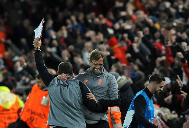 Liverpool's manager Jurgen Klopp, center, celebrates after Sadio Mane scoring his side's third goal during the Champions League semifinal, first leg, soccer match between Liverpool and Roma at Anfield Stadium, Liverpool, England, Tuesday, April 24, 2018. (AP Photo/Rui Vieira) SLOWA KLUCZOWE: XCHAMPIONSLEAGUEX