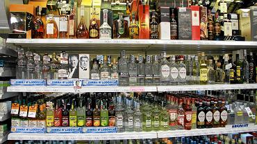 Młodzież na potęgę pije alkohol. Uczennice gustują w wódce. A panowie?