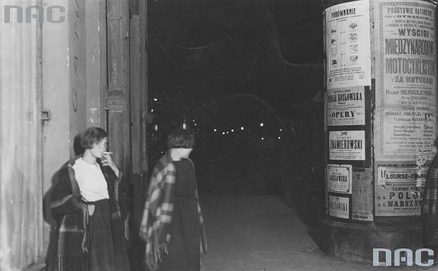 Dwie prostytutki na ul. Marszałkowskiej / 1925 rok.