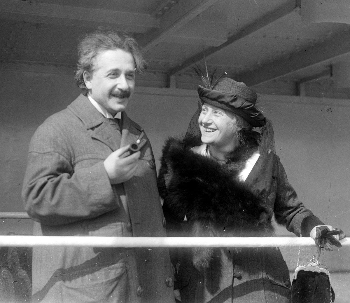Einsteina cechowało nieprzeciętne poczucie humoru. Na zdjęciu naukowiec z żoną Elsą (fot.US Library of Congress's Prints and Photos division, digital ID ggbain.32096/public domain)