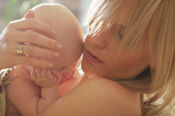 """Mama wraca do pracy i słyszy: zwalniam cię. """"Korporacja surowo karze za urodzenie dzieci"""""""