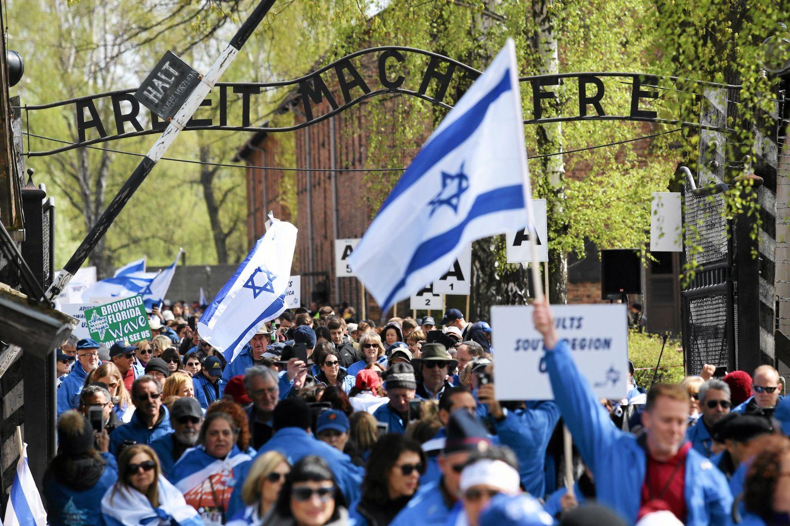 w24.04.2017 Oswiecim . Marsz Zywych , trasa z obozu KL Auschwitz do KL Birkenau  .Fot. Jakub Porzycki / Agencja Gazeta
