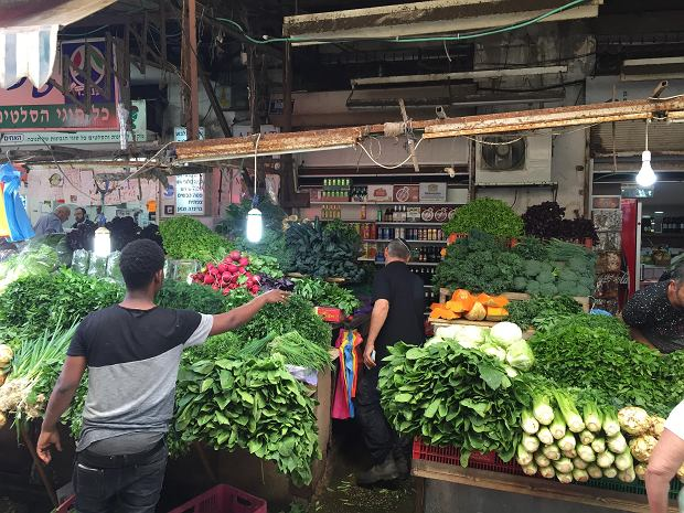 Stoisko z warzywami na bazarze Carmel