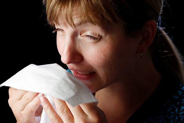 TYLKO DLA RADIA ZŁOTE PRZEBOJE!!! ?Young woman sneezing, wiping her nose with a paper handkerchief