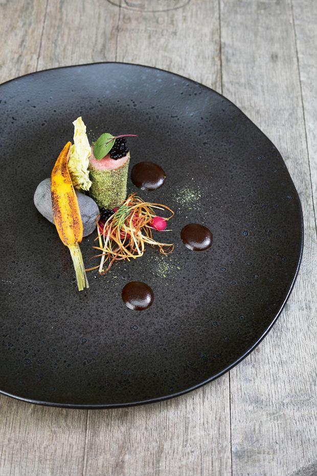 Jagnięcina z Doliny Dolnej Wisły z wędzoną czekoladą, suszoną młodą kapustą, kawiorem balsamicznym  i palonymi warzywami