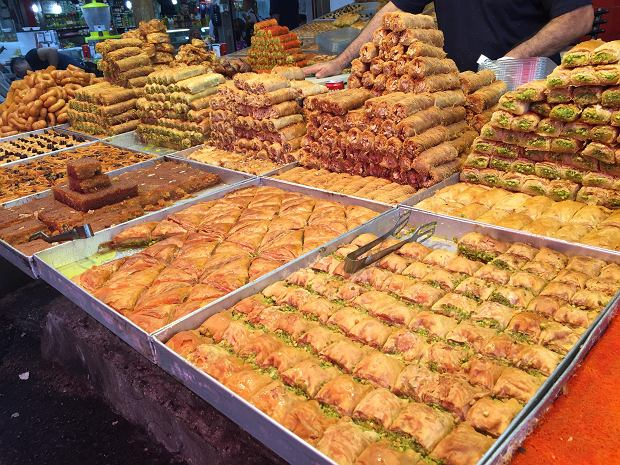 Słodkości na stoisku na bazarze Carmel