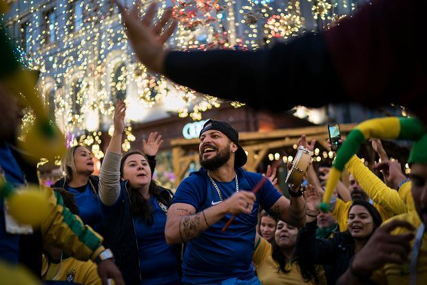 Soccer fans from Brazil dance as they gather on Nikolskaya Street ahead of the 2018 soccer World Cup in Moscow, Russia, Wednesday, June 13, 2018. Fans from participating countries gathered in the central pedestrian street to chant, wave flags, and meet fans from around the world. (AP Photo/Felipe Dana) SLOWA KLUCZOWE: WC2018FEA