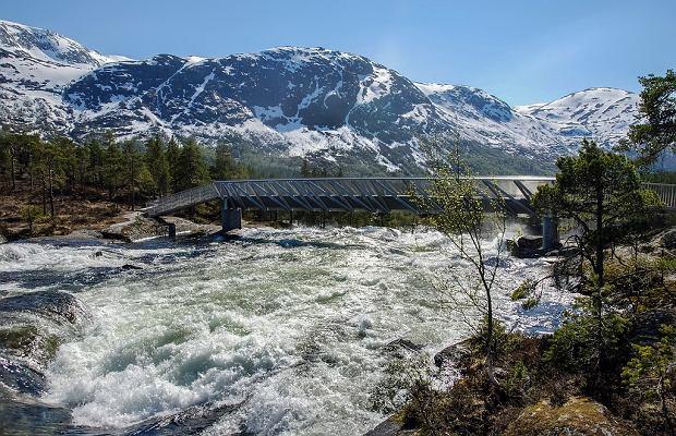 Most nad wodospadem Likholefossen i rzeką Gaula