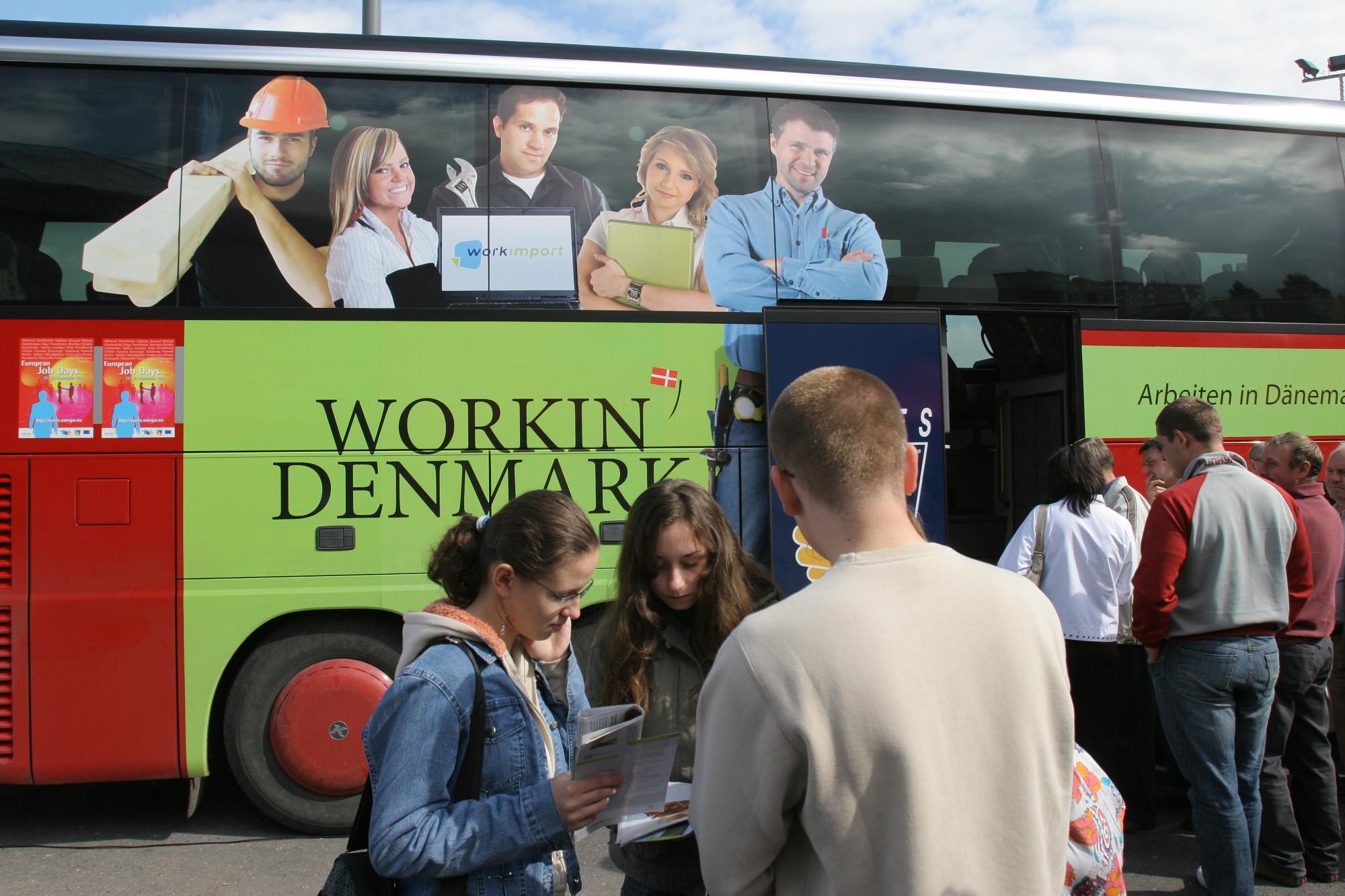 Autobus reklamowy, w którym duńskie służby prowadziły rekrutację do pracy w Danii. Olsztyn, 2007 r. (fot. Tomasz Waszczuk / Agencja Gazeta)