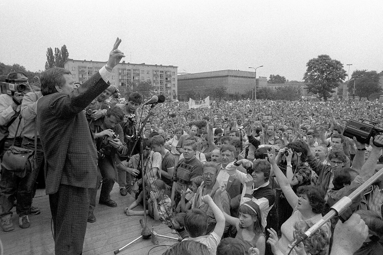|20.05.1989 Bydgoszcz . Lech Walesa przemawia podczas wiecu przedwyborczego .Fot. Slawomir Sierzputowski / Agencja Gazeta
