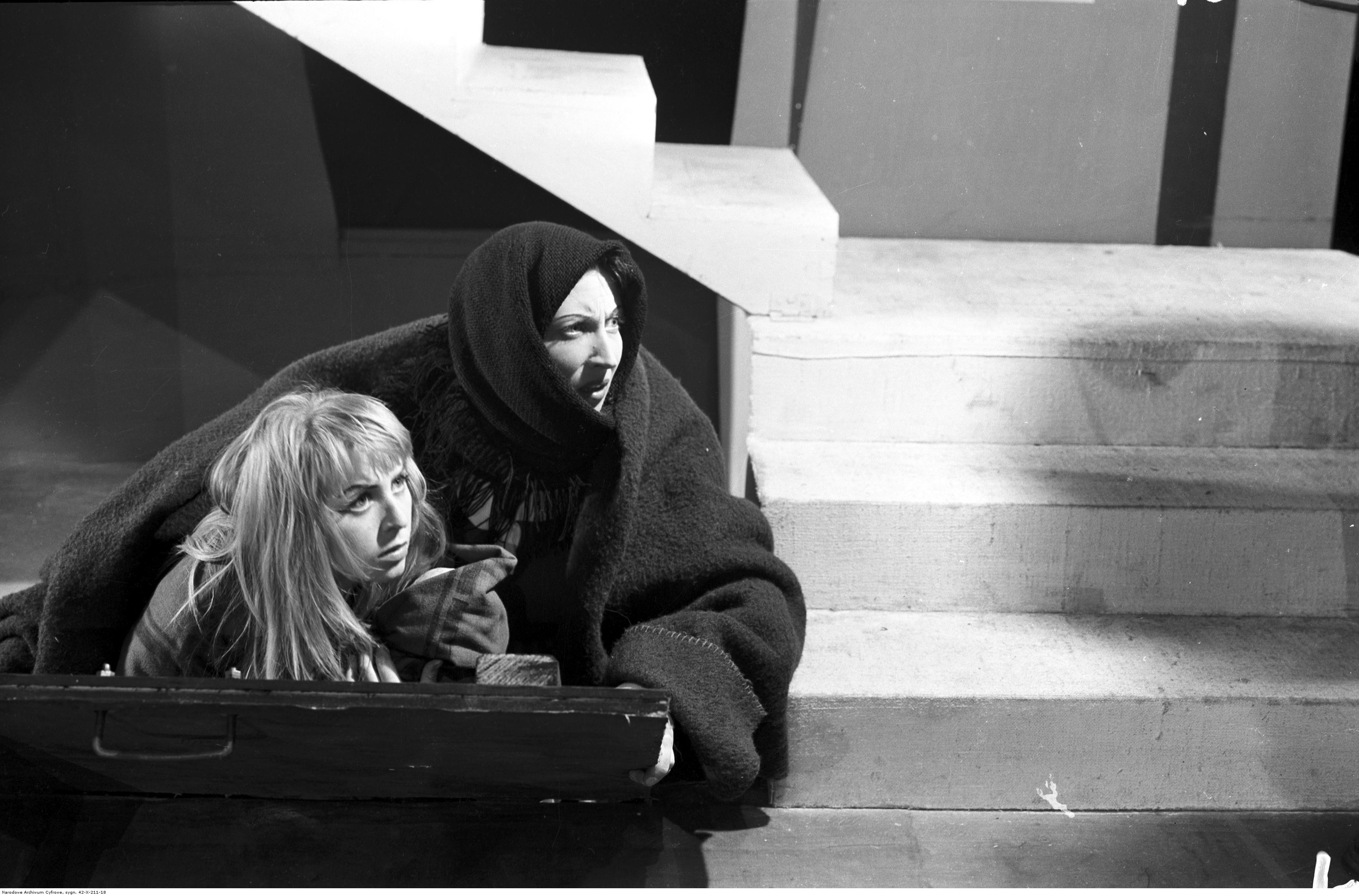 Teatr Narodowy w Warszawie - sztuka 'Niewiele brakowało'. Na zdjęciu Kalina Jędrusik i Halina Kossobudzka. Listopad 1956 r. (fot. Narodowe Archiwum Cyfrowe)