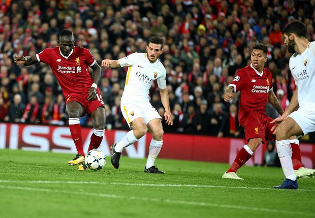 Liverpool's Sadio Mane, left, scores his side's third goal during the Champions League semifinal, first leg, soccer match between Liverpool and AS Roma at Anfield Stadium, Liverpool, England, Tuesday, April 24, 2018. (AP Photo/Dave Thompson) SLOWA KLUCZOWE: XCHAMPIONSLEAGUEX