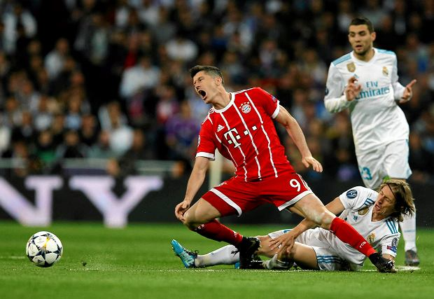 Bayern's Robert Lewandowski, center, makes contact with Real Madrid's Luka Modric during the Champions League semifinal second leg soccer match between Real Madrid and FC Bayern Munich at the Santiago Bernabeu stadium in Madrid, Spain, Tuesday, May 1, 2018. (AP Photo/Paul White) SLOWA KLUCZOWE: XCHAMPIONSLEAGUEX
