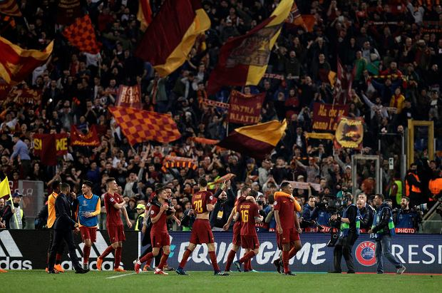 Roma player celebrate at the end of the Champions League quarterfinal second leg soccer match between Roma and FC Barcelona at Rome's Olympic Stadium, Tuesday, April 10, 2018. Roma pulled off an extraordinary comeback with a 3-0 win over Barcelona on Tuesday to reach the Champions League semifinals after overturning a three-goal deficit from the first leg. (AP Photo/Andrew Medichini) SLOWA KLUCZOWE: XCHAMPIONSLEAGUEX