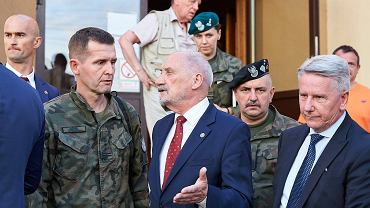 """Macierewicz w Rytlu zwraca się do żołnierzy: """"Nie ma tutaj co ryzykować"""". Nie zauważył, że jest nagrywany?"""