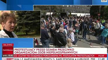 """TVP rzuciła się na pomoc rządowi. Są """"paski"""" atakujące protest rodziców"""