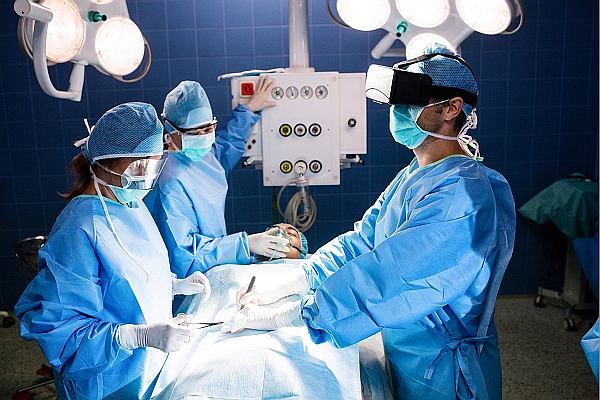 Lekarze przeprowadzali już operacje usuwania pęcherzyka żółciowego u kobiety, dostając się do niego przez pochwę. To możliwe dzięki VR