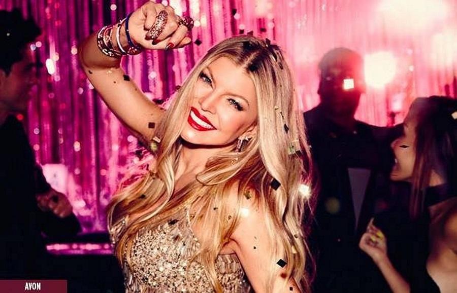 Topless Fergie zachęca do zamawiania płyty
