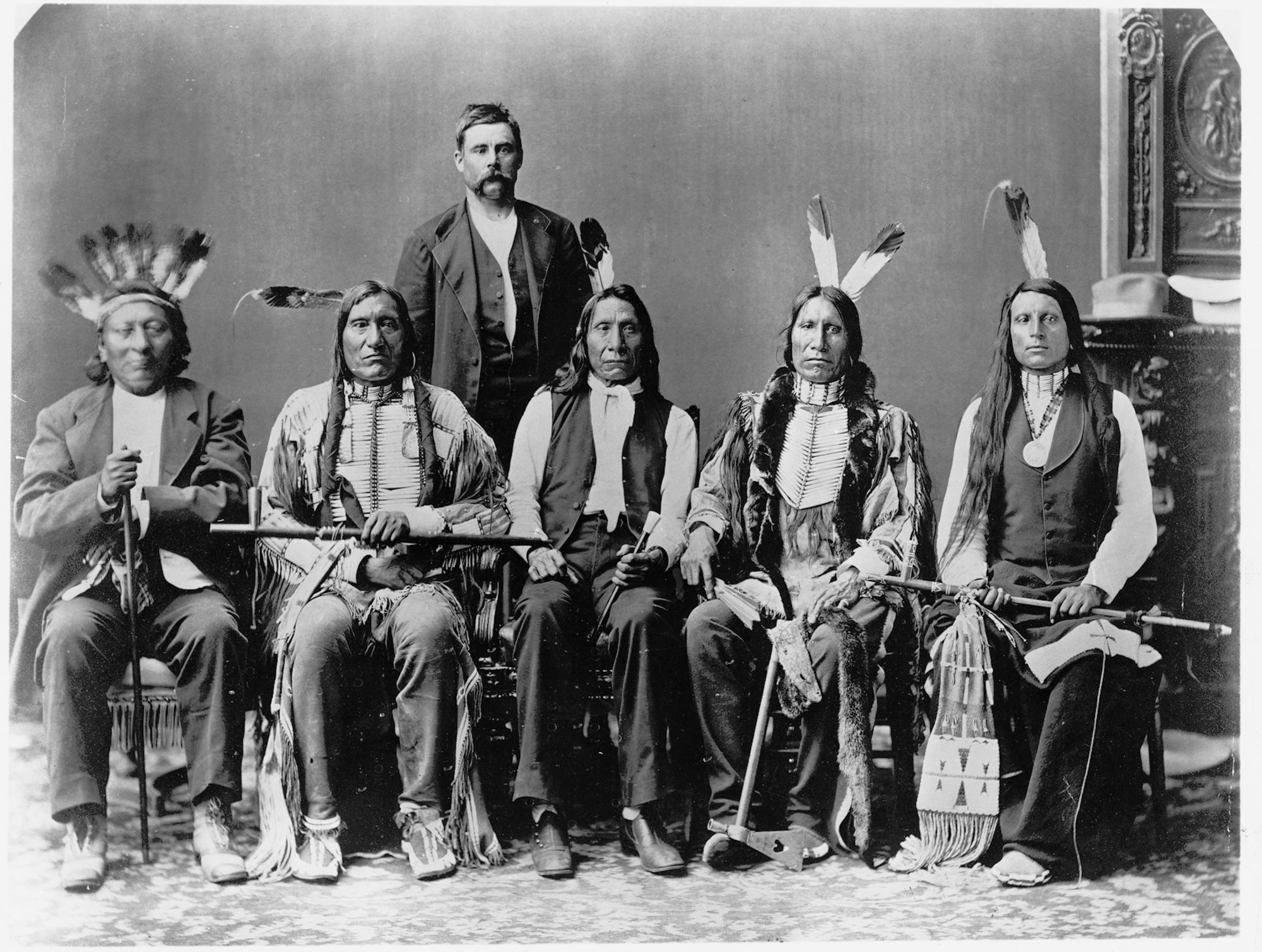Jedna z kilku delegacji do Waszyngtonu, jakie od roku 1870roku do lat dziewięćdziesiątych XIX w. prowadził Czerwona Chmura (w środku). Jako rzecznik interesów Siuksów spotykał się zwładzami, w tym z prezydentami (fot. za zgodą American Heritage Center, University of Wyoming)
